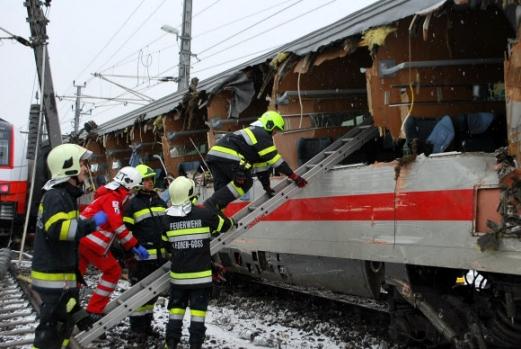 """오스트리아서 열차 충돌… 한국인 2명 부상  12일(현지시간) 낮오스트리아 남동부 슈타이어마르크주 니클라스도르프역 인근에서 유로스타 열차와 지역운행 열차가 충돌, 1명이 숨지고 22명이 다치는 사고가 났다. 이 사고로 한국인도 2명이 부상을 당해 병원으로 옮겨졌다. 외교부는 13일 """"우리 국민의 부상 정도는 크지 않다""""고 밝혔다.  슈타이어마르크 EPA 연합뉴스"""
