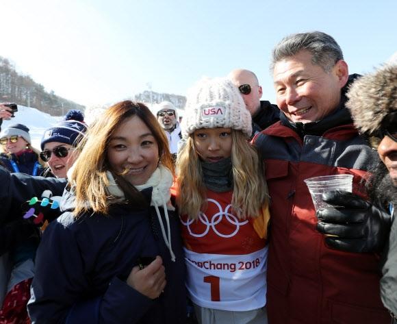 경기를 마친 뒤 아버지 김종진(오른쪽)씨, 어머니 윤보란씨와 포즈를 취하고 있다.  평창 연합뉴스