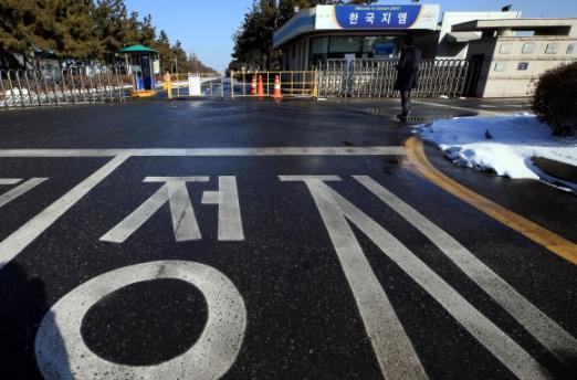 13일 폐쇄가 결정된 한국 제네럴모터스(GM) 전북 군산공장 앞이 썰렁하다. 이날 GM은 오는 5월까지 군산공장의 차량 생산을 중단하고 공장을 폐쇄한다고 발표했다. 군산 연합뉴스