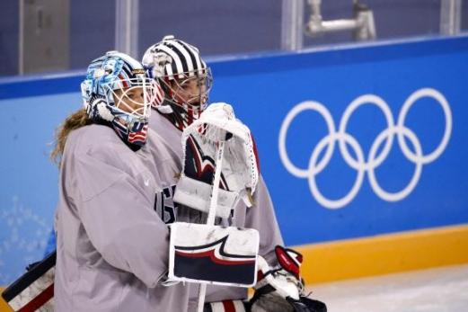 여자 아이스하키 미국 대표팀의 골리 앨릭스 릭스비와 니콜 헨슬리의 헬멧에는 자유의 여신상 그림이 새겨져 있다. AP 연합뉴스