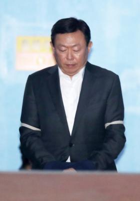 신동빈 롯데그룹 회장이 1심 선고 공판에서 징역 2년 6개월에 추징금 70억원을 선고받고 법정 구속된 뒤 구치소로 향하고 있는 모습. 손형준 기자 boltagoo@seoul.co.kr