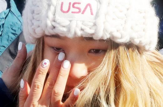 재미교포 스노보더 클로이 김이 13일 평창동계올림픽 스노보드 여자 하프파이프 결선에서 우승한 뒤 감격의 눈물을 흘리고 있다. 눈물을 닦아 주는 어머니 윤보란씨의 손톱에 태극기 문양이 선명하다. 평창 연합뉴스