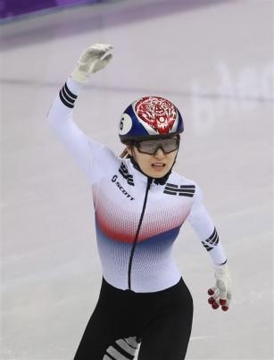 최민정 '아쉽다' 최민정이 13일 강원도 강릉 아이스아레나에서 열린 2018 평창 동계올림픽 쇼트트랙 여자 500m 경기에서 2위로 결승선을 통과하고 있다.  최민정은 두 번째로 결승선을 통과했지만 패널티가 주어져 실격 처리 됐다. 2018.2.13 뉴스1