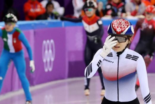 [올림픽] 뭐가 잘못됐지? 한국 여자 쇼트트랙 대표팀의 최민정이 13일 강릉 아이스아레나에서 열린 2018 평창동계올림픽 쇼트트랙 여자 500m 결승에서 실격처리되자 아쉬운 표정을 짓고 있다. 2018.2.13연합뉴스