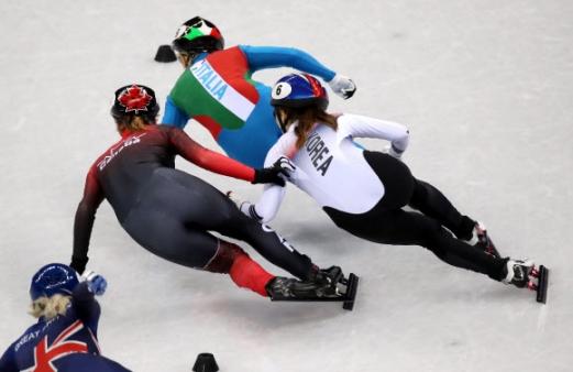 최민정, 아쉬운 판정 13일 오후 강릉 아이스아레나에서 열린 2018 평창동계올림픽 쇼트트랙 여자 500m 결승에서 한국 여자 쇼트트랙 대표팀의 최민정(오른쪽)이 킴 부탱(캐나다)를 제치는 과정에서 무릎을 건드리고 있다. 최민정은 이탈리아의 아리아나 폰타나에 이어 2위로 결승선을 통과했지만 캐나다의 킴 부탱과의 접촉으로 인해 실격당했다. 2018.2.13 연합뉴스