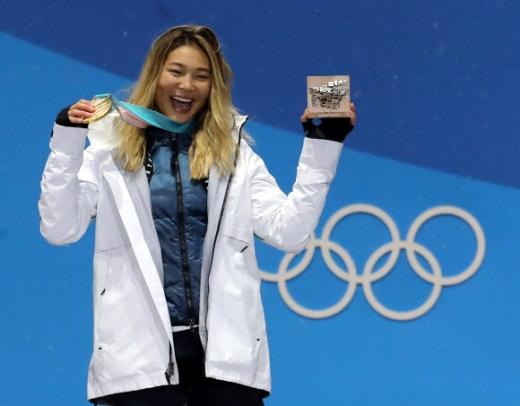 클로이 김이 13일 강릉 평창 메달플라자에서 진행된 평창동계올림픽 스노보드 여자 하프파이프 시상식에서 금메달을 들어 보이며 춤을 추고 있다.  평창 연합뉴스