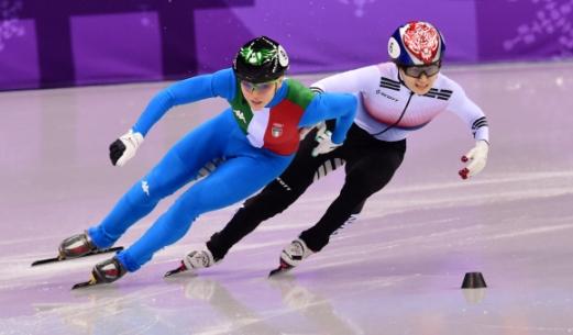 최민정(오른쪽)이 13일 강원 강릉 아이스아레나에서 열린 평창동계올림픽 여자 쇼트트랙 500m 결승전에서 이탈리아의 아리아나 폰타나와 뜨거운 선두 다툼을 벌이고 있다. 강릉 박지환 기자 popocar@seoul.co.kr