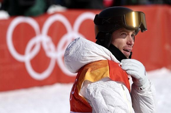 숀 화이트가 13일 평창동계올림픽 스노보드 남자 하프파이프 예선 경기를 마친 뒤 자신의 점수를 확인하고 있다. 평창 로이터 연합뉴스