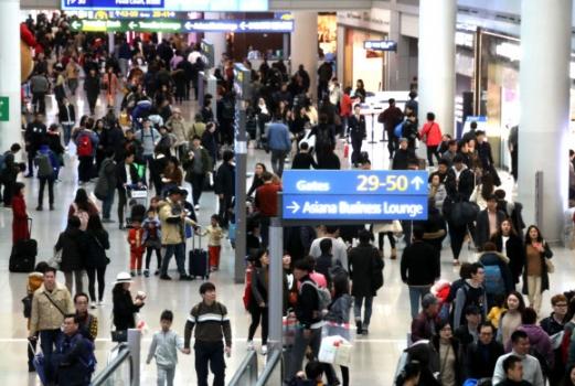 설 연휴 해외로 나가는 여행객들 14일 오전 여행객들이 인천공항을 통해 해외로 나가고 있다. 올해 설 연휴 기간 승객들이 14∼15% 증가할 것으로 보인다. 제2여객터미널이 문을 열어 혼잡도는 다소 완회된 모습이다.  연합뉴스