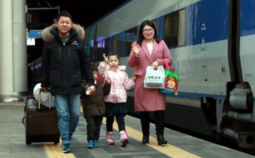 '설레는 귀성길' 설 연휴를 하루 앞둔 14일 오전 서울역 KTX 승차장에 한 가족이 귀성을 위해 KTX를 타러 가고 있다.  연합뉴스