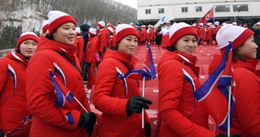 14일 강원도 평창 용평알파인스키장에서 북한응원단이 경기가 연기되자 퇴장하고 있다.  박지환 기자 popocar@seoul.co.kr