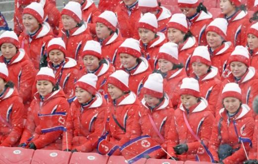 14일 강원도 평창 용평알파인스키장에서 북한응원단이 경기시작을 기다리고 있다.  박지환 기자 popocar@seoul.co.kr