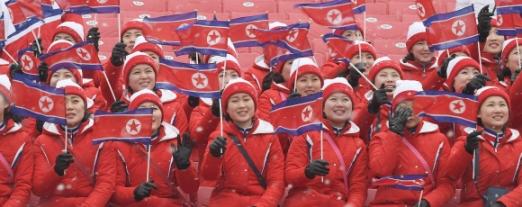 14일 강원도 평창 용평알파인스키장에서 북한응원단이 응원응 하고 있다.  박지환 기자 popocar@seoul.co.kr
