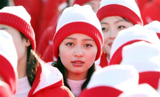 취재진 바라보는 북한 응원단