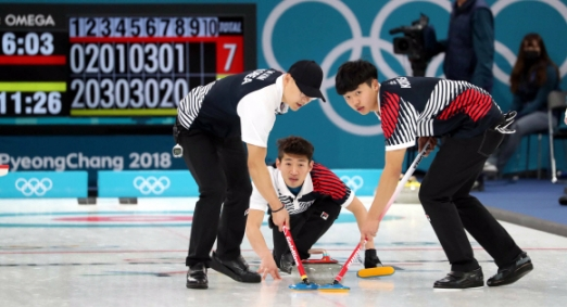 한국 남자 컬링 선수들이 14일 평창올림픽 컬링센터에서 열린 미국과 예선 대결에서 스톤을 스위핑하고있다.  박지환 기자 popocar@seoul.co.kr