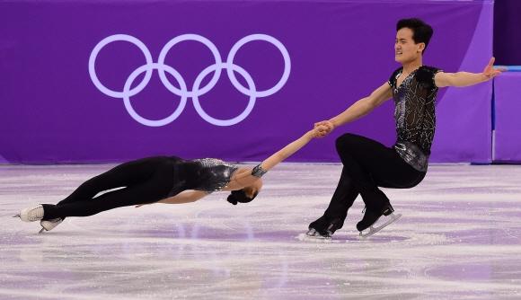 렴대옥-김주식이 14일 강릉 아이스아레나에서 열린 2018 평창동계올림픽 피겨스케이팅 페어 쇼트프로그램에서 연기를 펼치고 있다. 박지환 기자 popocar@seoul.co.kr