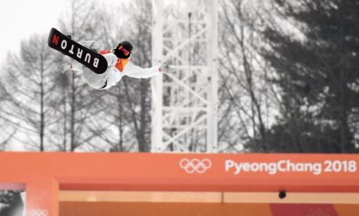 14일 오전 평창 휘닉스 스노 경기장에서 열린 2018 평창 동계올림픽 남자 하프파이프 결승에서 미국 숀화이트가 점프 연기를 하고 있다.  박지환 기자 popocar@seoul.co.kr