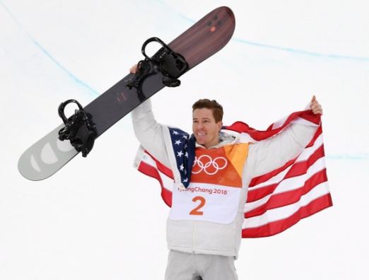 14일 오전 평창 휘닉스 스노 경기장에서 열린 2018 평창 동계올림픽 남자 하프파이프 결승에서 우승을 차지한 미국 숀화이트가 시상식에서 두손을 들고 있다.  박지환 기자 popocar@seoul.co.kr