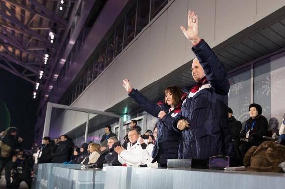 마이크 펜스 미국 부통령 부부 마이크 펜스(오른쪽) 미국 부통령과 부인 캐런 펜스 여사가 지난 9일 평창올림픽 스타디움에서 열린 2018 평창동계올림픽 개회식에서 미국 선수단이 입장하자 손을 흔들고 있다. 백악관 인스타그램