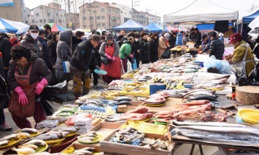 14일 성남 모란시장에 설 제수용품을 구입하러 나온 사람들로 북적이고 있다. 최해국 seaworld@seoul.co.kr