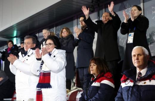 남북 선수단 입장에 굳은 표정으로 앉은 펜스 미 부통령 문재인(왼쪽) 대통령과 김정숙(왼쪽 두 번째) 여사가 9일 평창 올림픽스타디움에서 열린 2018 평창동계올림픽 개회식에 참석해 남북 단일팀 선수 입장에 박수를 치고 있다. 오른쪽은 미국 마이크 펜스 부통령 내외. 뒤는 손 흔드는 북한 김영남 최고인민회의 상임위원장, 김여정 북한 노동당 중앙위 제1부부장. 2018.2.9 연합뉴스