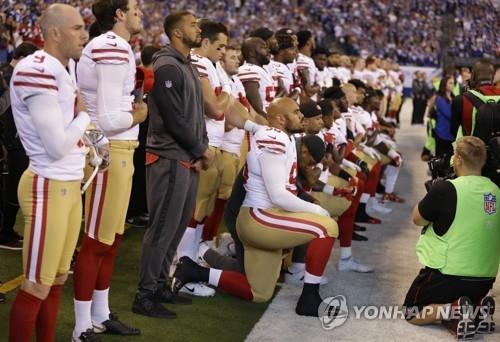 무릎꿇기 퍼포먼스 지난해 10월 8일(현지시간) 인디애나폴리스에서 열린 미국프로풋볼(NFL) 경기에서 샌프란시스코 포티나이너스 선수들이 무릎꿇기 퍼포먼스를 하고 있다. 2017.10.8 AP=연합뉴스