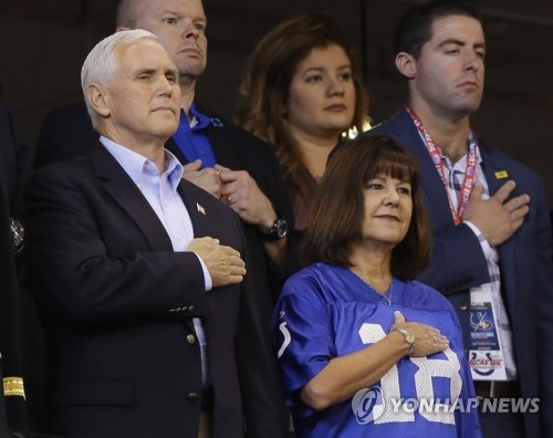 국민의례하는 펜스 부통령 부부 지난해 10월 8일(현지시간) 인디애나폴리스에서 열린 미국프로풋볼(NFL) 경기에서 마이크 펜스(왼쪽) 미국 부통령과 부인 캐런 여사가 국민의례를 하고 있다. 2017.10.8 AP=연합뉴스