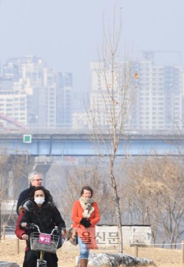 연휴땐 미세먼지 걱정 없어요   설 연휴를 하루 앞둔 14일 서울 한강시민공원 여의도 지구에서 마스크를 낀 한 시민이 자전거를 타고 있다. 이날 기온이 크게 올라 전국 대부분이 영상권에 들었으나 수도권, 강원 영서, 충청권, 전북 지역에서는 미세먼지 농도가 '나쁨'을 나타냈다.    이호정 전문기자 hojeong@seoul.co.kr