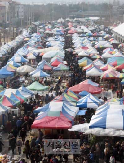설 연휴를 하루 앞둔 14일 오전 경기 성남 모란시장이 제사용품을 마련하고자 나온 시민들로 북적이고 있다.  최해국 기자 seaworld@seoul.co.kr