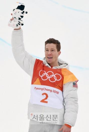 숀 화이트(미국)가 14일 평창동계올림픽 스노보드 남자 하프파이프에서 금메달을 따낸 뒤 기뻐하고 있다. 평창 박지환 기자 popocar@seoul.co.kr