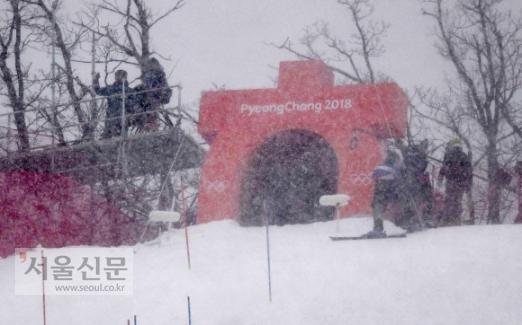 14일 강원 지역에 강풍이 불어닥쳐 평창동계올림픽에 적잖은 지장을 초래했다.   평창 용평알파인경기장에 눈보라가 몰아쳐 알파인 여자 회전 경기가 연기됐다.  박지환 기자 popocar@seoul.co.kr