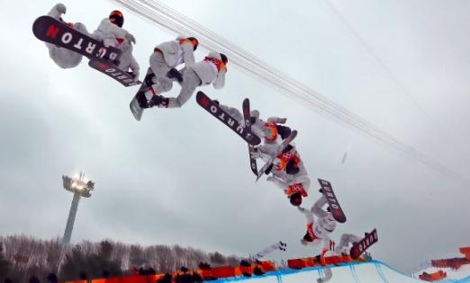 숀 화이트(미국)가 14일 강원 평창 휘닉스 스노경기장에서 열린 평창동계올림픽 스노보드 남자 하프파이프 경기에서 점프를 하는 모습을 다중노출로 찍은 연속 장면. 평창 연합뉴스