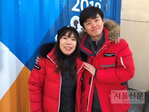 지역자원봉사자 함도영(왼쪽)씨는 통역봉사자 김민호씨와 인연으로 한 가족처럼 지낸다. 평창군 제공