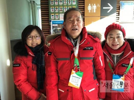 일본에서 직장생활을 했던 경험을 살려 횡계터미널에서 통역봉사에 나서고 있는 성호영(가운데)씨가 동료 자원봉사자들과 함께하고 있다. 평창군 제공