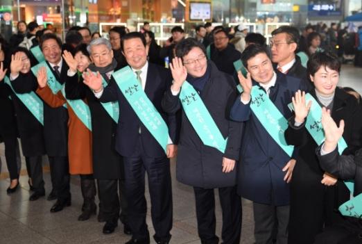 여야 지도부가 설 연휴를 하루 앞둔 14일 서울역과 용산역을 찾아 명절 민심잡기 경쟁을 벌였다. 박주선(오른쪽 네번째)·유승민(오른쪽 세번째) 바른미래당 공동대표도 서울역을 찾아 귀성인사를 하고 있다. 이호정 전문기자 hojeong@seoul.co.kr