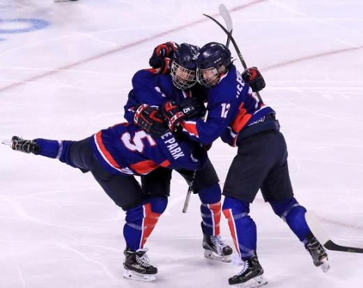 14일 강원도 강릉시 관동하키센터에서 열린 평창동계올림픽 여자 아이스하키 조별리그 B조 일본과의 3차전에서 단일팀 랜디 희수 그리핀(가운데37번)이 득점에 성공하자 동료들과 기뻐하고 있다. 2018.2.14