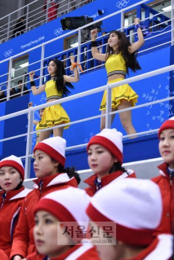 14일 오후 강릉 관동하키센터에서 열린 여자 아이스하키 남북 단일팀과 일본과의 경기에서 북한 응원단이 응원을 펼치고 있다. 2018. 02. 14  박지환 기자 popocar@seoul.co.kr
