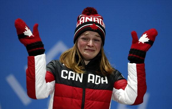 킴 부탱이 14일 평창 올림픽 메달플라자에서 열린 쇼트트랙 여자 500m 시상대에 서서 울먹이고 있다. 로이터 연합뉴스