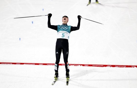 에릭 프렌첼이 14일 노르딕복합 노멀힐/10km에서 가장 먼저 결승선을 끊어 올림픽 2연패를 확정하며 포효하고 있다. 신화 연합뉴스