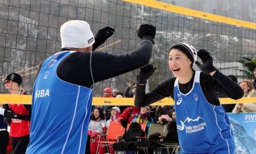 '배구 여제' 김연경(오른쪽)이 14일 강원 평창의 오스트리아 하우스 앞에서 열린 '스노 발리볼' 쇼케이스에서 동료와 하이파이브를 하고 있다. 국제배구연맹이 마련한 스노 발리볼 경기는 동계올림픽 채택을 위한 시범 경기 차원에서 열렸다. 평창 연합뉴스