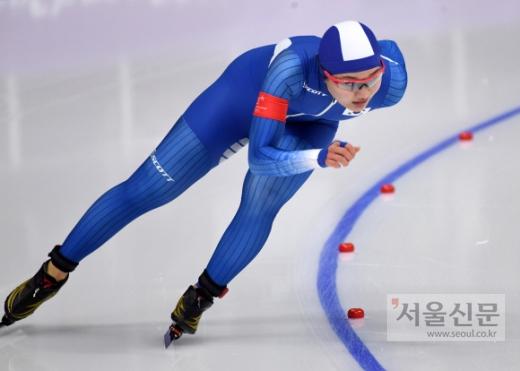 박승희가 14일 강원 강릉빙상장에서 열린 평창동계올림픽 스피드스케이팅 여자 1000m 경기에서 힘차게 질주하고 있다. 쇼트트랙에서 전향한 박승희는 1분16초11로 전체 31명 가운데 16위를 기록했다. 강릉 박지환 기자 popocar@seoul.co.kr