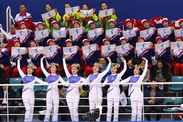 화사한 응원 선보이는 북한 응원단