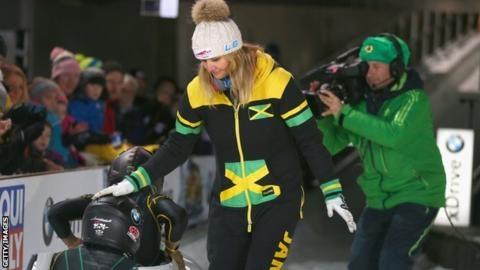 자메이카 여자 봅슬레이 대표팀이 타는 썰매를 회수하겠다고 공언해 올림픽 데뷔를 위기에 몰아넣고 있는 산드라 키리시아스 코치. 사진은 지난 2006년 토리노대회를 우승할 때의 모습. AFP 자료사진