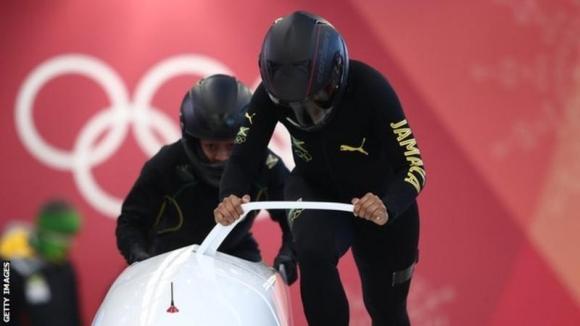 자메이카 여자 봅슬레이 대표팀의 자즈민 펜레이터 빅토리안과 캐리 러셀. AFP 자료사진