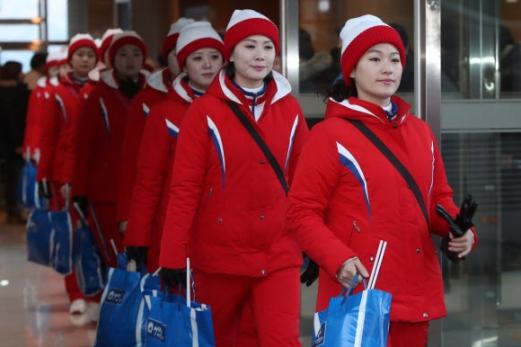 평창동계올림픽 북한 응원단이 15일 응원도구를 챙겨 숙소인 강원도 인제군 기린면 인제스피디움을 나서고 있다.  연합뉴스