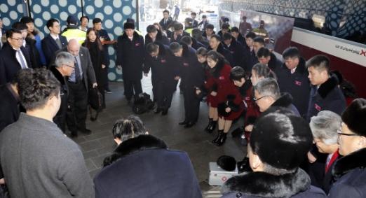 작별 인사하는 북한 태권도시범단