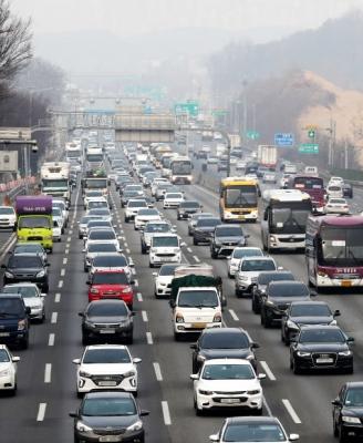 경기도 오산시 경부고속도로 오산IC부근 부산방향(왼쪽)이 귀성길에 오른 차량이 늘어나며 정체되고 있는 모습. 연합뉴스