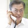[서울포토] '국민과의 희망전화' 미소 띤 얼굴로 통화하는 문재인 대통령