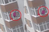 5층 창밖서 유리창 청소하는 간 큰 여성