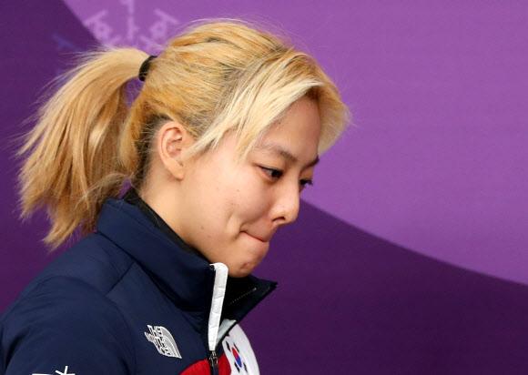 [올림픽] 굳은 표정으로 기자회견장 들어서는 김보름